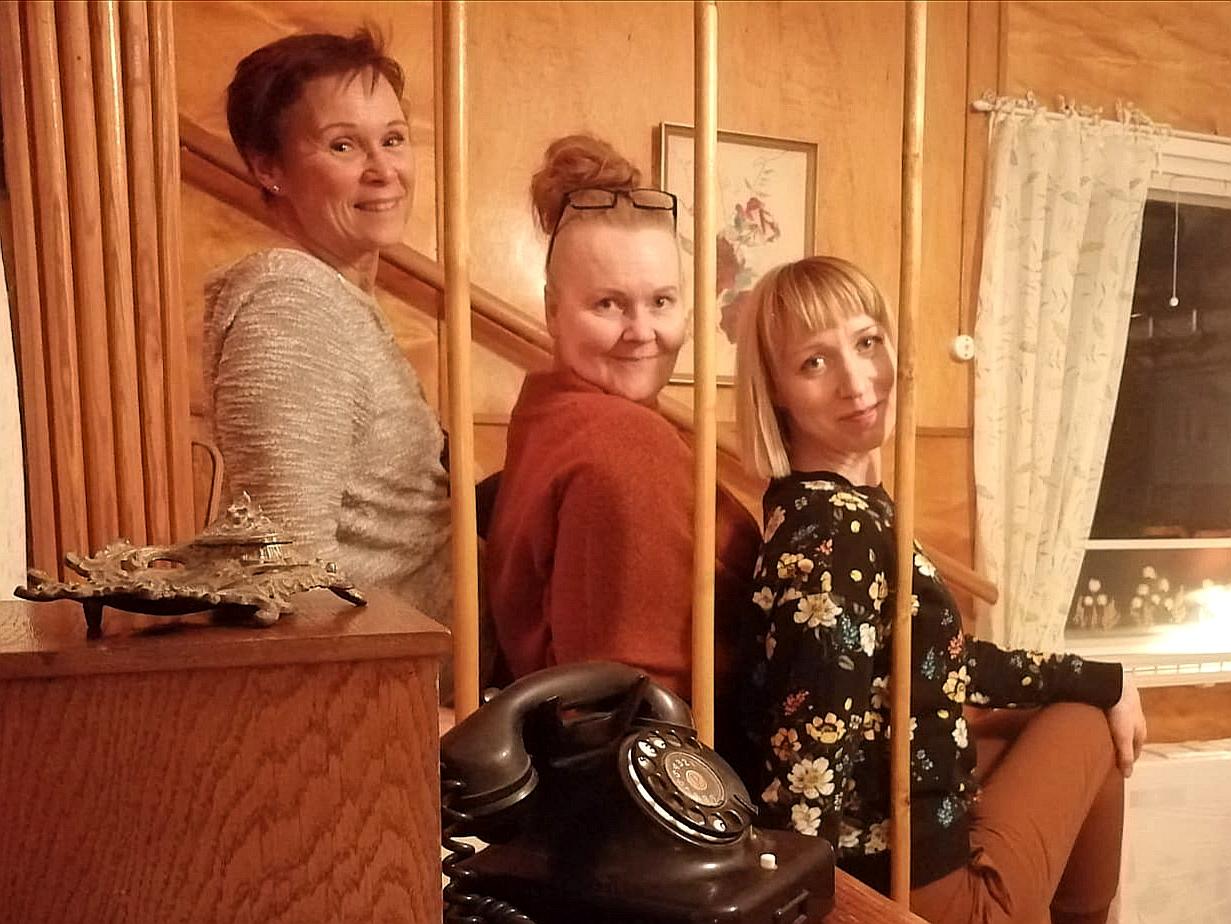 Lohjan Huoneteatterin Marja Koski, Minna Hakala ja Hannamaija Nikander tekevät näytelmää, joka perustuu naisten omille tarinoille. Nainen. Kerro Tarina.